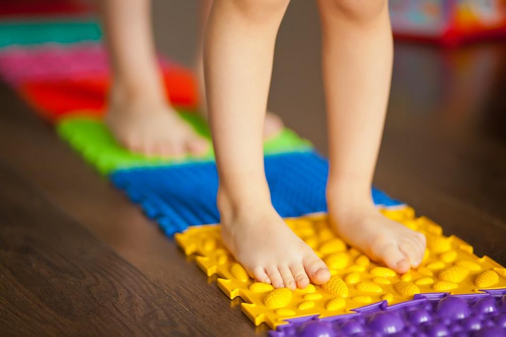 dziecko stawia nóżki do środka