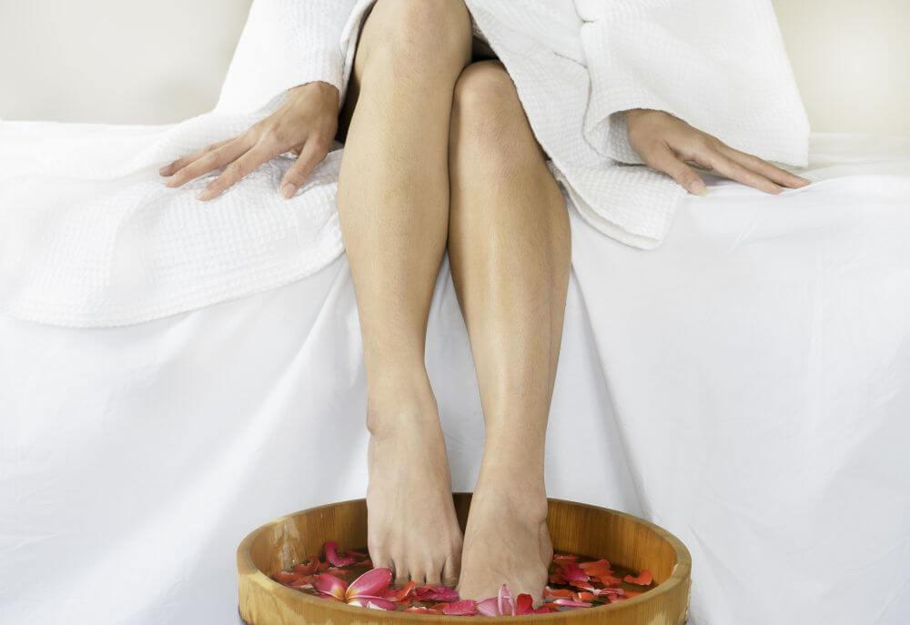 jak wykonać kąpiel solną dla stóp